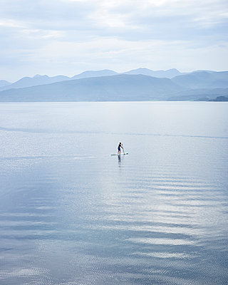Stand Up Paddle in Norwegen - p1124m933590 von Willing-Holtz