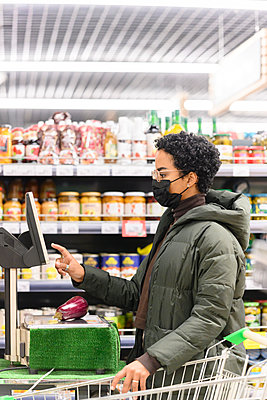 Young female making payment in supermarket - p300m2282891 by Katharina und Ekaterina