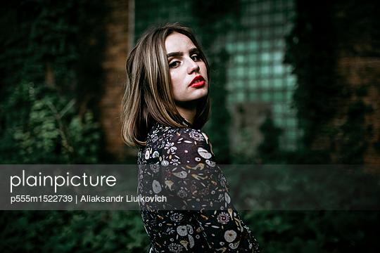 Portrait of a serious Caucasian woman outdoors - p555m1522739 by Aliaksandr Liulkovich