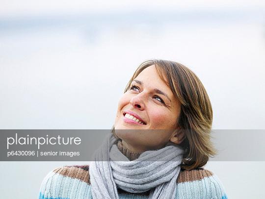 Portrait einer Frau an einem See  - p6430096 von senior images