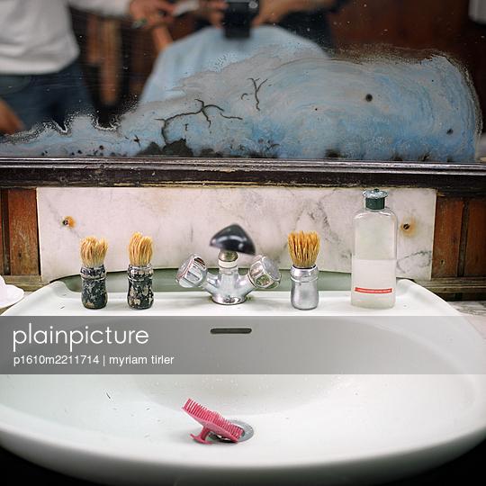 Waschbecken in einem Friseursalon - p1610m2211714 von myriam tirler