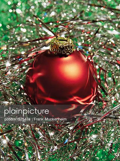 Weihnachtskugel in Lametta - p358m1525474 von Frank Muckenheim