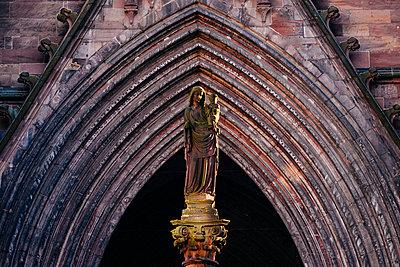 Madonnafigur vor einer Kathedrale - p1065m948659 von KNSY Bande