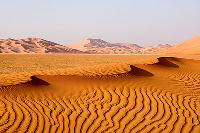 Middle East, Oman.  Sand dunes of  The Empty Quarter or Ar Rub al Khali. - p652m1576197 by John Warburton-Lee