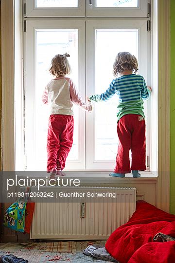 Zwillinge am Fenster - p1198m2063242 von Guenther Schwering