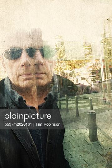 Spiegelung eines Mannes mit Sonnenbrille im Fenster - p597m2026161 von Tim Robinson