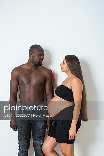 glückliches Paar - p954m2022577 von Heidi Mayer