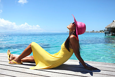 Woman wearing pink sun hat - p045m669016 by Jasmin Sander