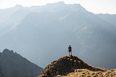 Wanderer in Bergkulisse - p1142m2056560 von Frithjof Kjer