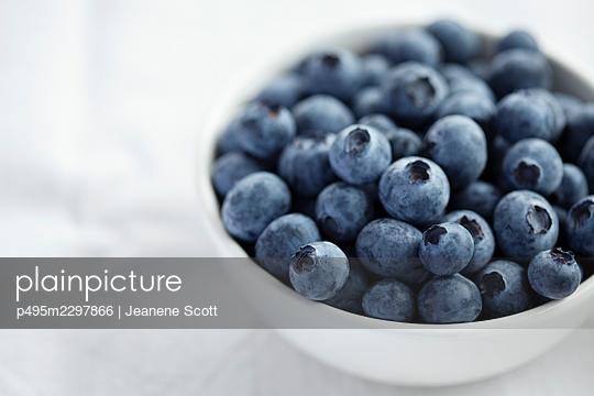 Organic blueberries in a white bowl - p495m2297866 by Jeanene Scott