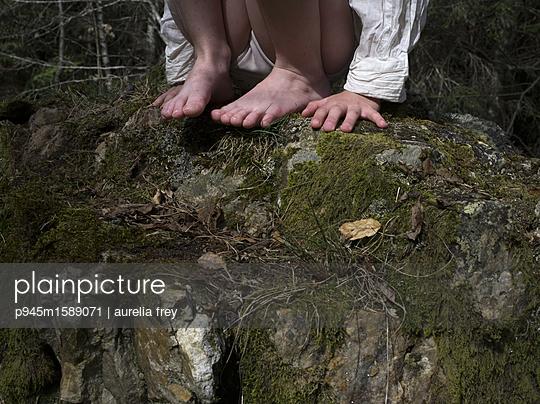 Mädchen auf einem Felsen - p945m1589071 von aurelia frey