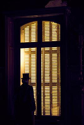 Mann Fenster Fensterladen - p1312m1137744 von Axel Killian
