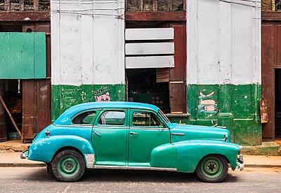 Repaired vintage car, Havana, Cuba - p300m2114280 by hsimages