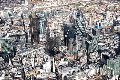 Aerial view of financial district and city, London, England, UK - p301m1406326 by Stephan Zirwes