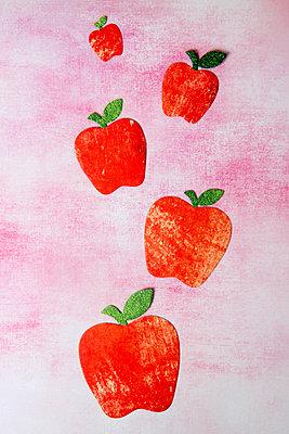 5 ausgeschnittene Äpfel aus Papier - p451m2157753 von Anja Weber-Decker