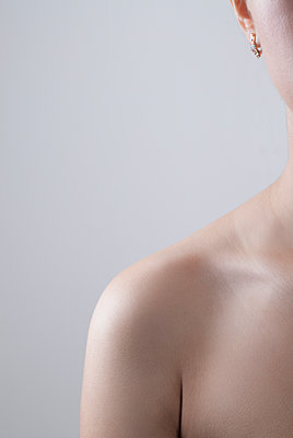 Close up of a woman's bare shoulder  - p794m1143754 by Mohamad Itani