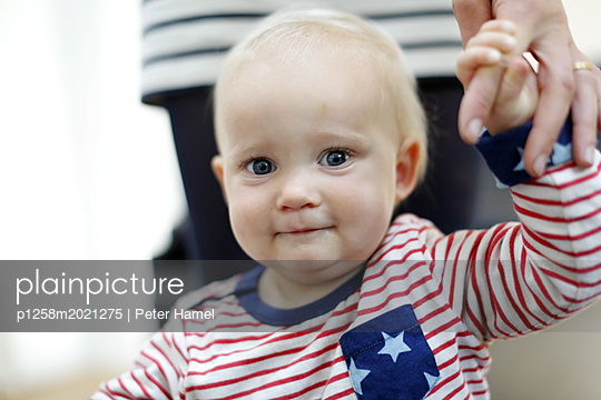 Baby macht erste Schritte - p1258m2021275 von Peter Hamel