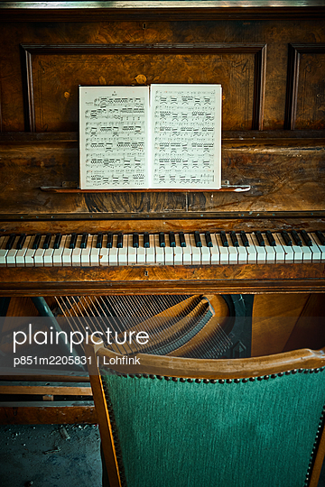 Sheets of music on old piano - p851m2205831 by Lohfink