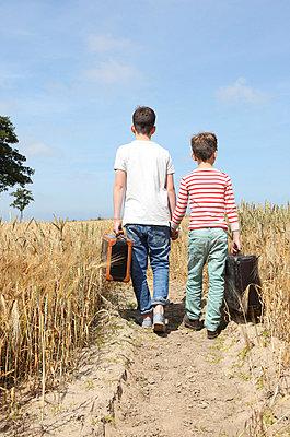 Two little runaways - p045m853230 by Jasmin Sander
