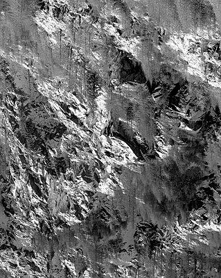 Hohe Tauern; eingeschneite Felswand - p1016m815738 von Jochen Knobloch