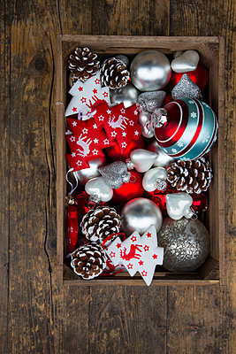 Box of Christmas decoration on dark wood - p300m978256f by Larissa Veronesi