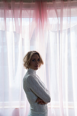 Blond woman in backlit - p427m2081828 by Ralf Mohr