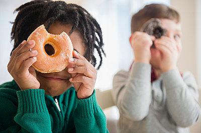 Boys peering through donut holes - p555m1410964 by JGI/Jamie Grill