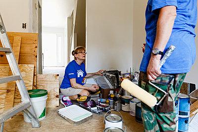 Women preparing to paint walls - p555m1504170 by Roberto Westbrook