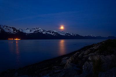 Mond über der Hafenstadt Seward, Alaska, USA - p741m2168710 von Christof Mattes