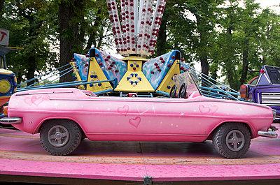 Pink car at fair - p8130079 by B.Jaubert