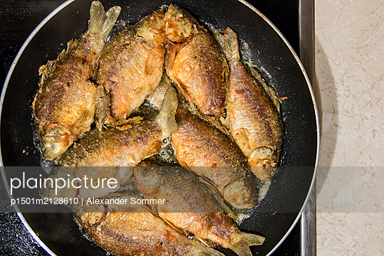 Fried fish in the pan - p1501m2128610 by Alexander Sommer