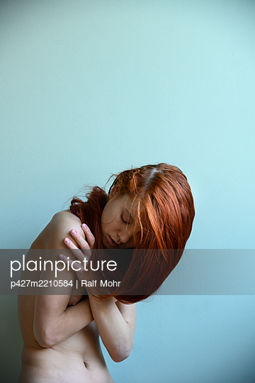 Naked red-haired woman, portrait - p427m2210584 by Ralf Mohr