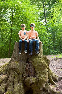 cool im Wald rumsitzen - p045m1154770 von Jasmin Sander