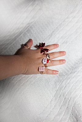 Kinderhand mit Fingerringen - p1514m2196654 von geraldinehaas
