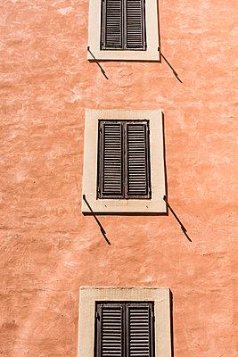 Rote Fassade - p488m1445949 von Bias