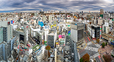 Elevated view over Shibuya Ward towards the Shinjuku skyline, Tokyo, Japan, Asia - p871m1499952 by Gavin Hellier