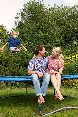 Spaß auf dem Trampolin - p981m881531 von Franke + Mans