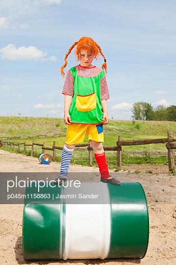 Mürrische Pipi Langstrumpf auf Tonne - p045m1158863 von Jasmin Sander
