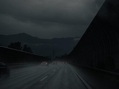 Dunkel auf der Autobahn - p1425m1487048 von JAKOB SCHNETZ