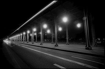 France, Paris, Bir Hakeim Bridge - p1654m2280255 by Alexis Bastin