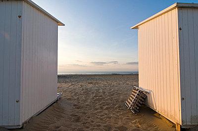 Badekabinen am Strand in Ostende - p982m658490 von Thomas Herrmann
