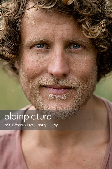 Portrait eines Mannes - p1212m1159075 von harry + lidy