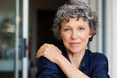Portrait of confident mature woman at home - p1166m1142680 by Cavan Images