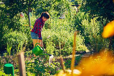 Frau im Garten - p1312m1176987 von Axel Killian