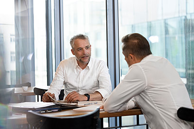 Germany, Rostock, Office, Team, Coworking - p300m2287607 von Florian Küttler