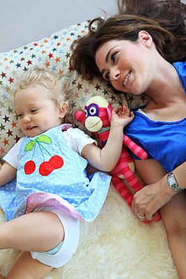 Mama und Tochter verspielt - p045m1054764 von Jasmin Sander