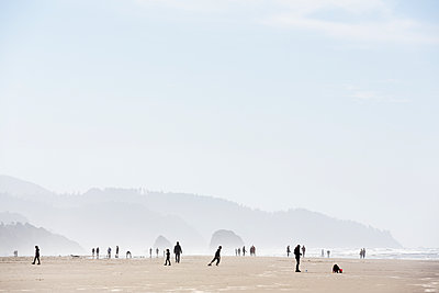 USA, Oregon, Cannon Beach, people on the beach - p300m1116663 by Nadine Ginzel