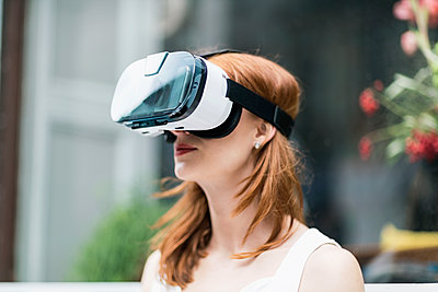 Redheaded woman wearing Virtual Reality Glasses - p300m1191766 by A. Tamboly