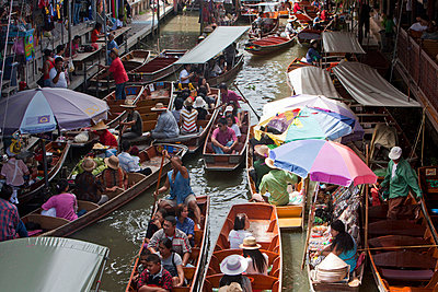 Floating market in Thailand - p7980169 von Florian Loebermann