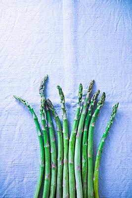 Green asparagus - p1149m2098881 by Yvonne Röder